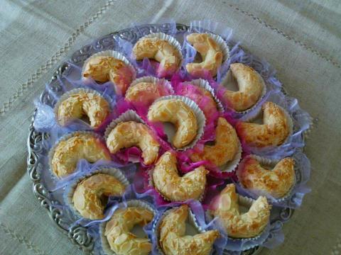 Le tcharek est très populaire en Algérie et tout le monde l'apprécie.Il sera toujours l'un des plus grands classiques des gâteaux algériens.Façonné en forme de croissant et garni d'une savoureuse farce à base de poudre d'amandes, agréablement parfumée à la cannelle et eau de fleur d'oranger.Un gâteau incontournable pour les fêtes de l'aïd ou les mariages  1€ la pièce