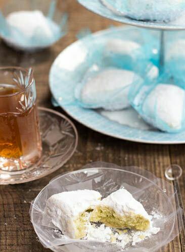 Ces petits gâteaux est la version économique de makrout el louz, la même forme, la même présentation …Il existe plusieurs recettes du boussou la tmessou. Cette douceur est parfumée au citron et j'utilise la poudre de flan.Je vous présenterai ultérieurement d'autres variantesTestez-le , il va sûrement vous séduire 0:80€ la pièce