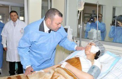 الملك محمد السادس يزور الفتاة التي إرتمت على موكبه