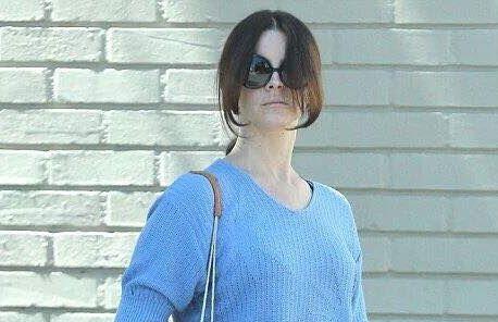 Lana Del Rey allant chez le coiffeur.