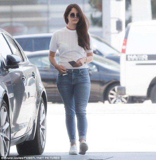 Lana Del Rey dans une station essence