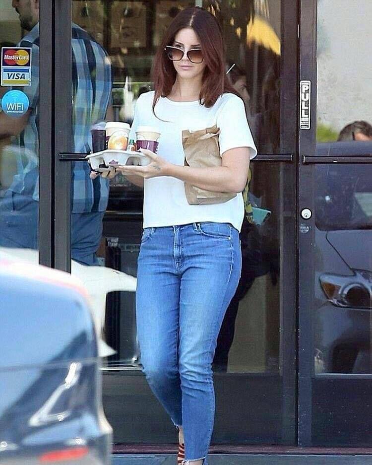 Lana Del Rey aperçue à Santa Monica (20/08/2016)