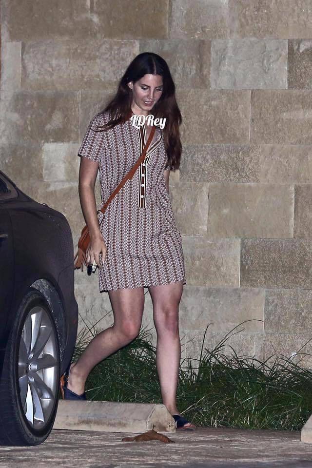 Lana Del Rey aperçue sortant d'un restaurant (29/08/2016)