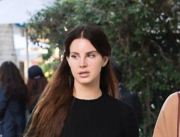 Lana Del Rey dans les rues d'Hollywood en Californie (22/12/2016)