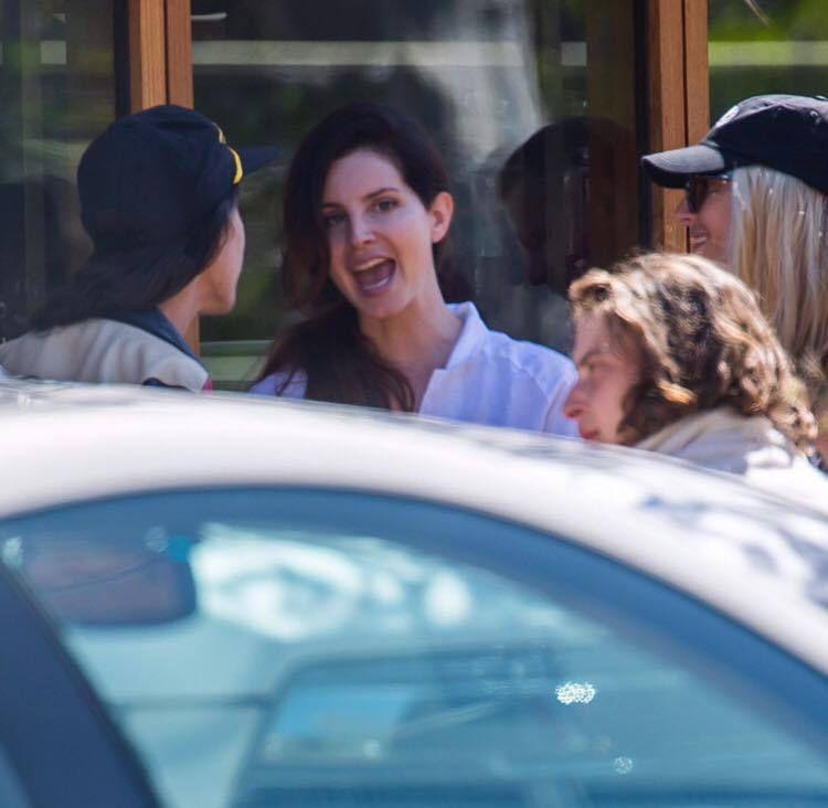 Lana Del Rey aperçue à Malibu (30/04/2017)