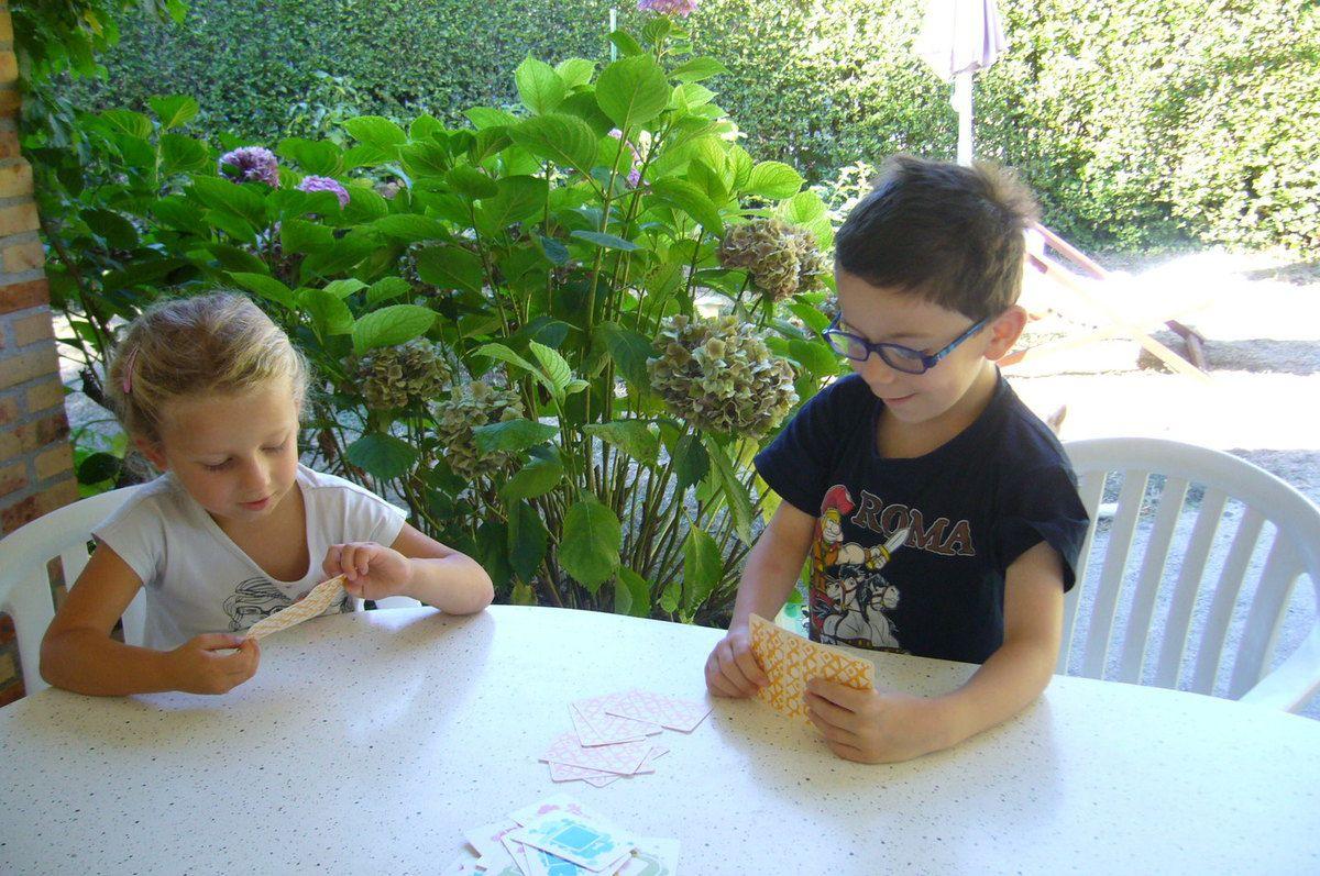 Les enfants testent Color Addict Kidz : jeu de cartes