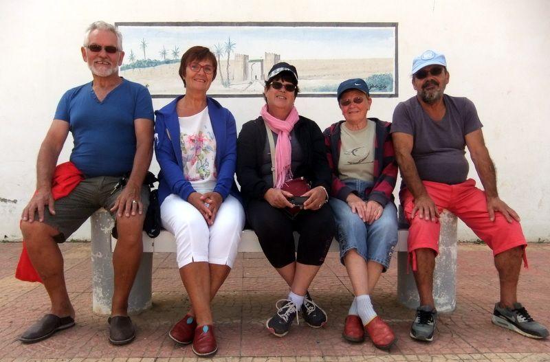 SUD  D AGADIR ET L ANTI ATLAS        du camping d Erkount nous partons en voiture visiter mirleft etson ancienne caserne une pause thé a la menthe a proximité &#x3B;  nombreux européens investissent ce bord de mer, pêche de requins et de grosses moules.SIDI IFNI autre ville de bord de mer, ancienne ville espagnole perchée sur son plateau .entre ces deux villes passons un moment de pic nic sur la plage de Legzira réputée pour son arche creusée dans la falaise et ses tres fortes vagues.puis TIZNIT: c est ici que l on trouve les premières bennes a ordures&#x3B; un magnifique bougainvillier pres des remparts  de 5 kms  ville interessante pour sa médina et ses bijoux berbères, sa  grande mosquée .puis nous nous dirigeons chez paul dans son camping de la vallée a ABAYNOU   paul  ancien baroudeur du Maroc nous propose une cuisine délicieuse avec entre autre du dromadaire en plusieurs recettes, du mulet plat sucré salé avec des carottes etc...une ambiance familiale, un oasis de verdures et de fleurs.nous terminons notre semaine par GUELMIN et son célèbre marché aux dromadaires chèvres et moutons .notre semaine terminée nous retournons a Taghazout  quelques jours avant de repartir avec renée et patrice pour un autre périplec