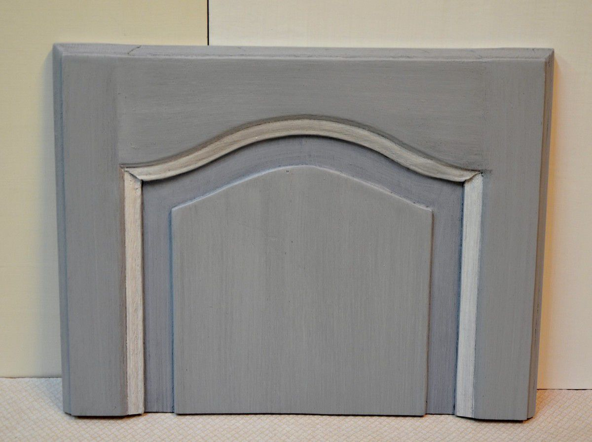 Ton gris bleute (gustavien) avec rechampi blanc sur moulure Finiton patine