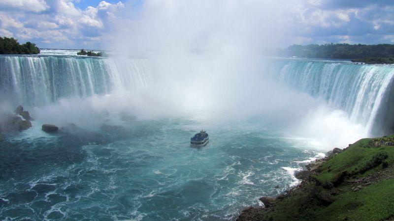 Maid of the Mist : aller sa faire arroser sur un bateau. Les bleus sont les Américains, les rouges sont les Canadiens.