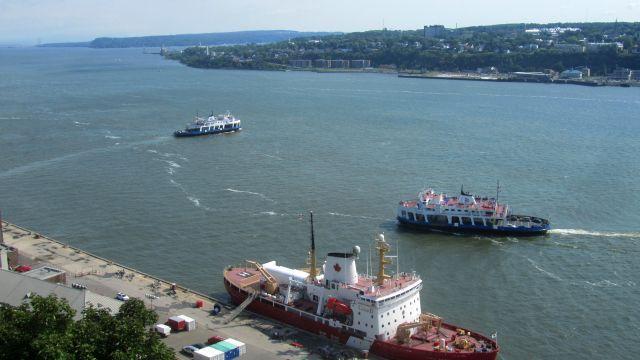Depuis les plaines et la promenade, on a de belles vues vers la rive d'en face. Puis, sur la terrasse, on domine le port.