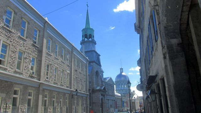 On fait le tour de l'hôtel de ville et on arrive rue Saint-Paul devant le marché Bonsecours, un centre commercial
