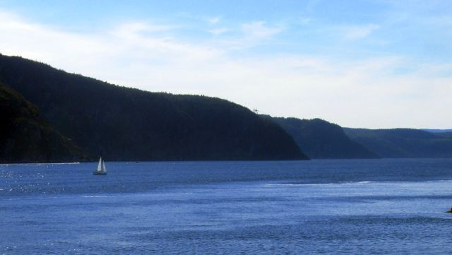 Promenade à la pointe de l'Islet. Vue vers le fjord, et un phare dans le Saint-Laurent, balisant des hauts fonds.