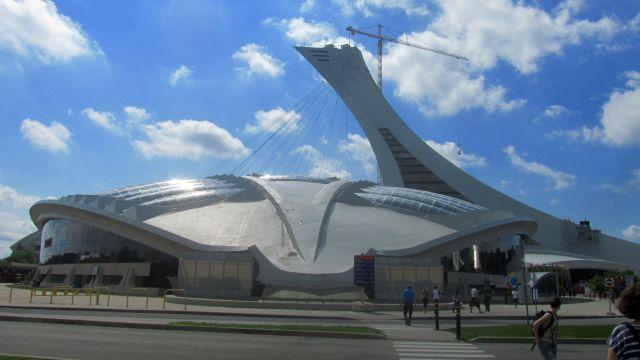 Le Biodôme, devant l'ancien stade olympique et sa tour.