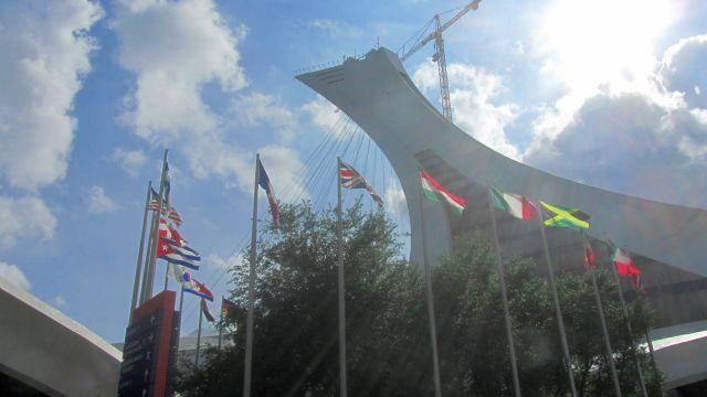 Autour du Biodôme et de la tour de Montréal : hommage aux athlètes des JO de 1976, et la tour en métal du planétarium.