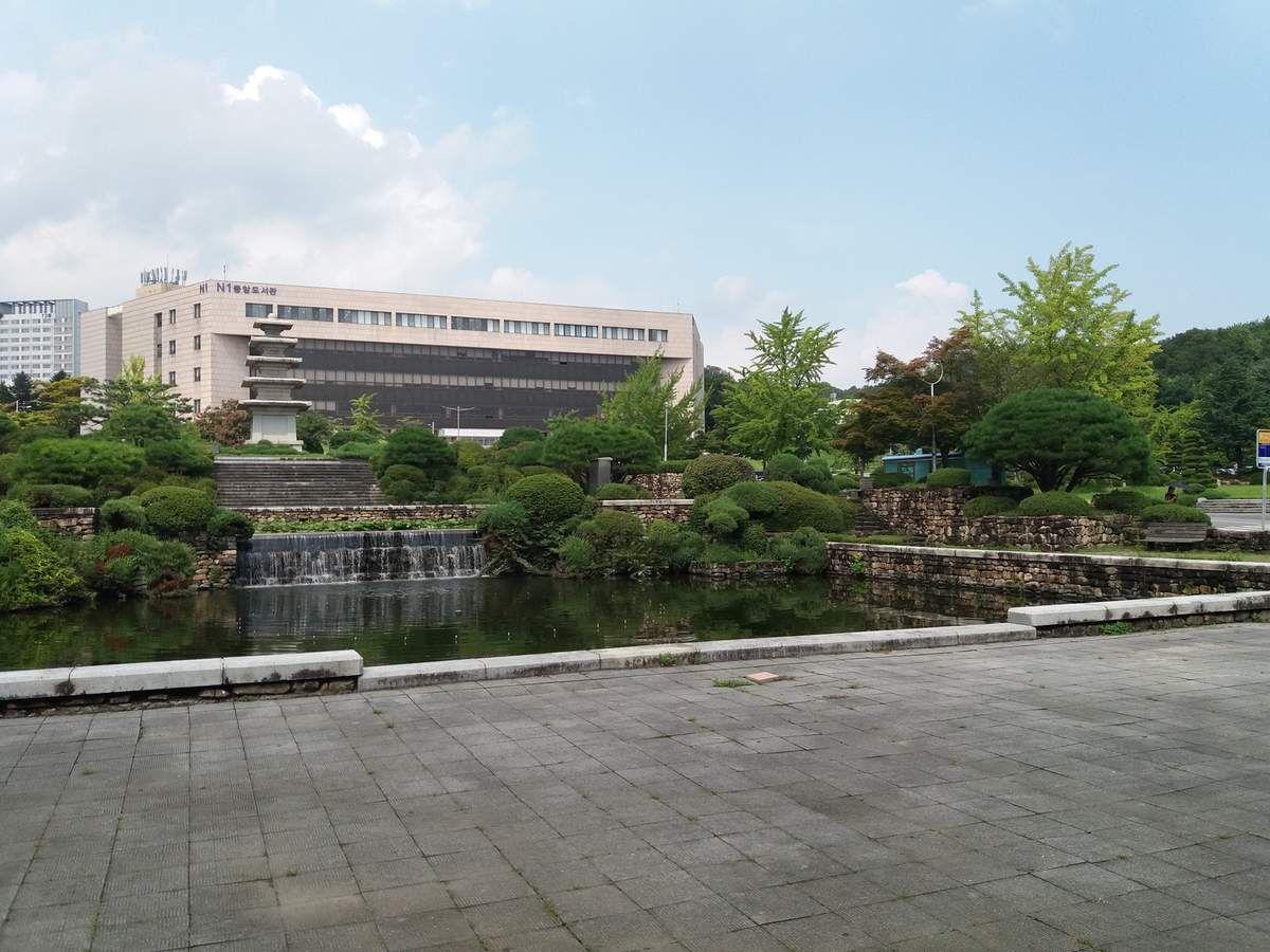 Je vous présente l'entrée de l'Université! c'est assez spécial... le gros bâtiment il s'agit de la bibliothèque et j'ai également pris une photo de la vue que l'on avait de la bibliothèque^^