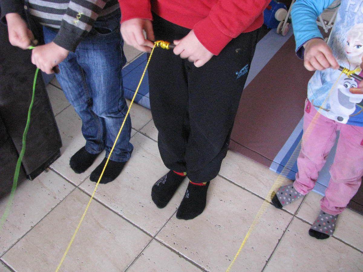 Tournez le plus vite possible la ficelle autour du baton (ici une paille rigide).