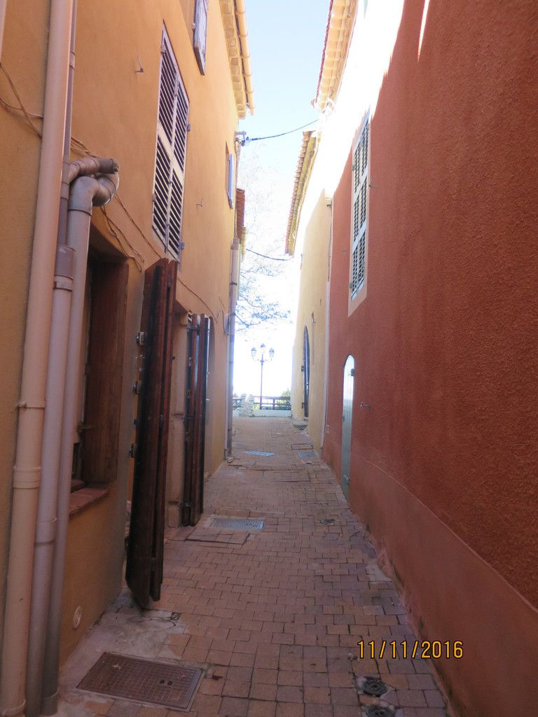 de jolies rues, de belles façades, des paysages à perte de vue, des voitures...  des jardins bref notre village ! protégeons le !!