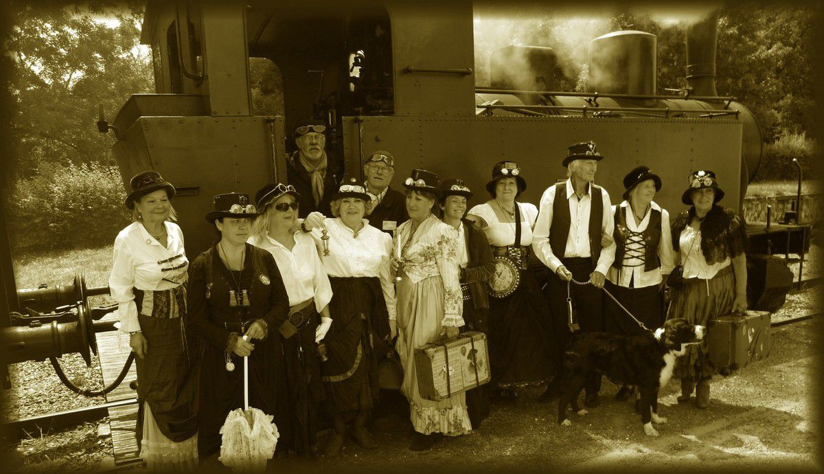Nous sommes montés douze personnes costumées XIXème siècle sur la locomotive vapeur de Saujon le Train des Mouettes. C'est l'aboutissement de trois mois de travail, quinze ans de déco ; on a tout fait nous-mêmes. Il a fait beau, on s'est régalés.