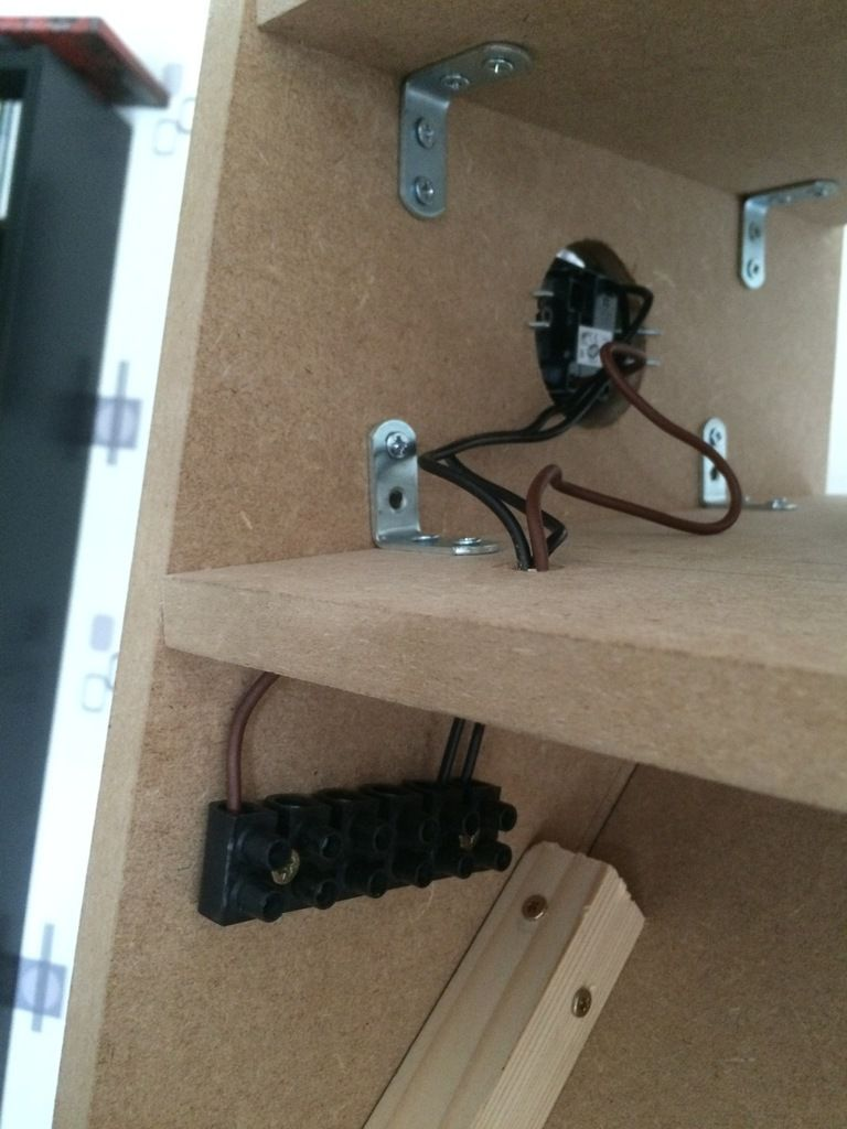 j'ai ensuite fait le câblage des différents éléments au bornier vers l'interrupteur. ATTENTION avant de fixer les satellites n'oubliez pas de faire des trous à la perceuse afin que le son puisse sortir !