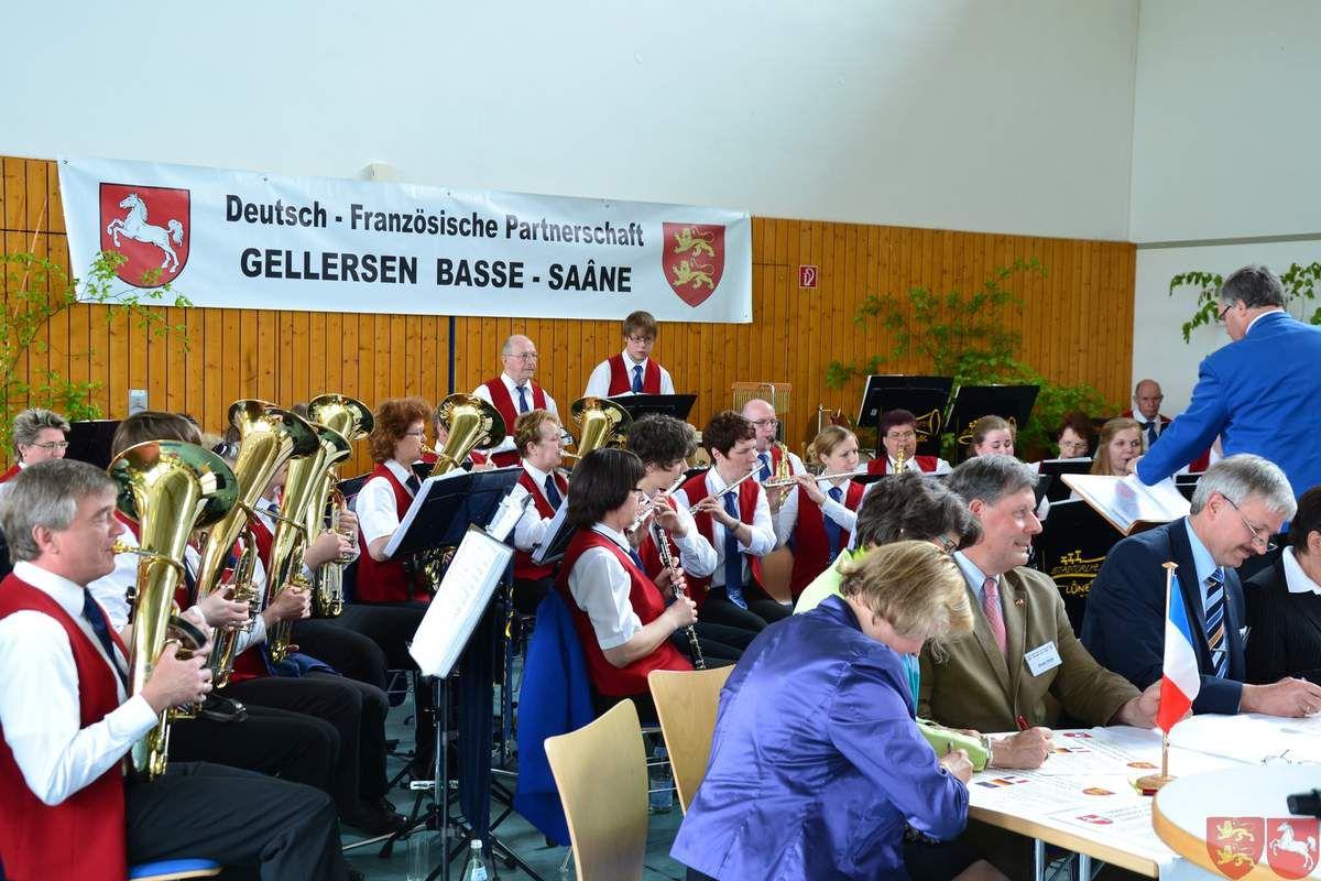 Signature de la charte accompagnée de l'orchestre municipal de Lüneburg