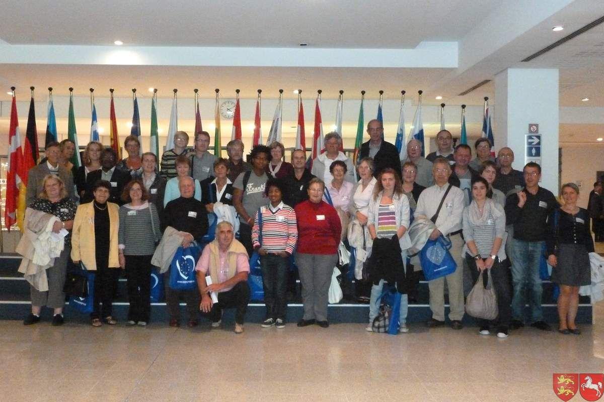 Le groupe dans le Parlement Européen devant les drapeaux des différents pays de l'Union Européenne