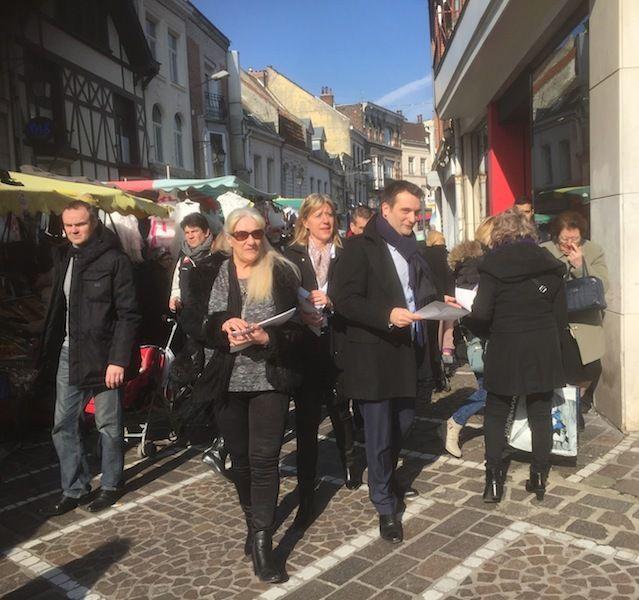 Distribution de tracts, présentation de la candidate, visite des commerces de centre-ville...