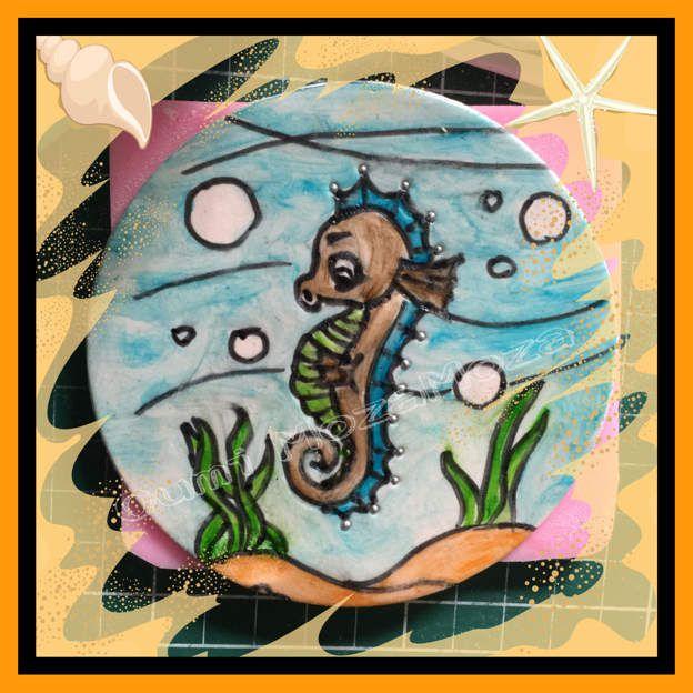 Hippocampe en 2D, peint à la main avec des colorants alimentaire et pinceau, sur pate à sucre (decos en cours pour le gateau des 9 ans de Romane)