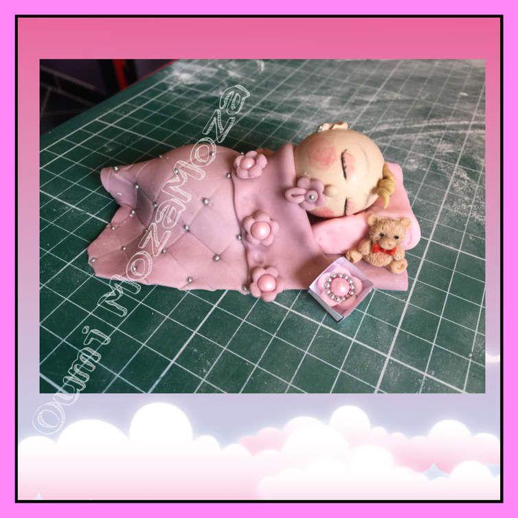 Bébé modelé en pate à sucre sans moule (sauf ourson, fait avec un moule silicone, mais peint à la main)