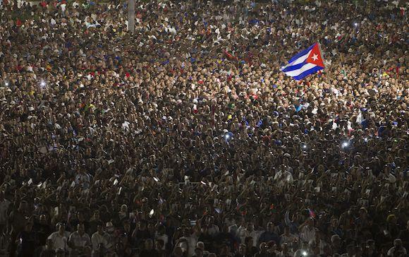 La Place de la Révolution noire de monde pendant l'hommage à Fidel