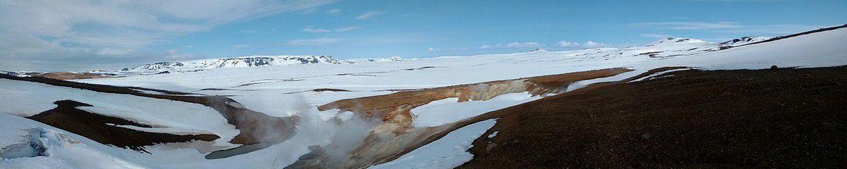 La cratère de Krafla, énorme site de géothermie avec une centrale d'exploitation, une arche de pipeline au dessus de la route, une douche au milieu de nulle part et beaucoup de neige malgré toute la chaleur qui sort de terre !!!!