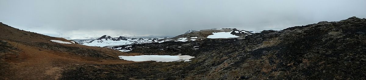 La coulée de lave de Leirhnjukshraun longue de 19kms, éruption du Krafla en 1984, encore chaude et qui continue à dégazer...