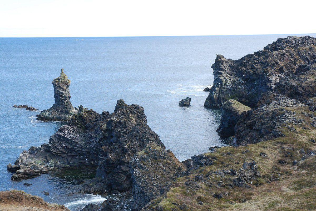 La parc national de Snaefellness nous a révélé des paysage somptueux... Petite randonnée sur le bord du litoral, limite on se serait cru en Bretagne, les volcans et champs de lave en plus... et le soleil :-)