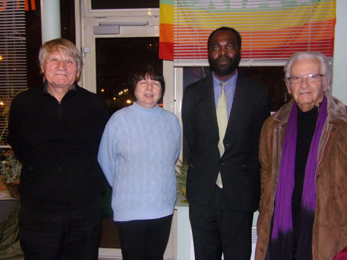 Pierre Petric avec d'autres Citoyens du Monde lors de la signature du Centre d'enregistrement