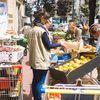Distribution gratuite des invendus des marchés dans plusieurs villes de France.