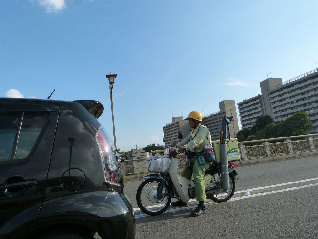 """Alors, la boulangerie """"DONQ"""" française, qu'on a pû voir dans la gare d eKyoto.Suivie d'une rangée de taxi, de notre taxi, d'immeuble, de gens à moto, d'un chauffeur, d'un truc drôle, de l'entrée à l'auberge, et de vu depuis une des chambres."""