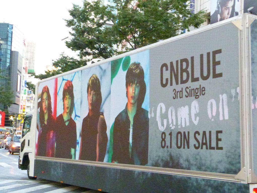 /mode fan girl/ Oui, c'est exact. J'ai surtout adoré Shibuya parce que j'ai vu CNBLUE un peu partout... Sur un camion, en affiche à la Tower Record ou à l'autre magasin de CDs... Et puis, une affiche de Kpop étrange, je sais plus vraiment à quoi ça correspondait, m'enfin :3. Sinon, joli le camion 2NE1, non ? ** (de l'autre côté, c'était BIGBANG ! ♥)