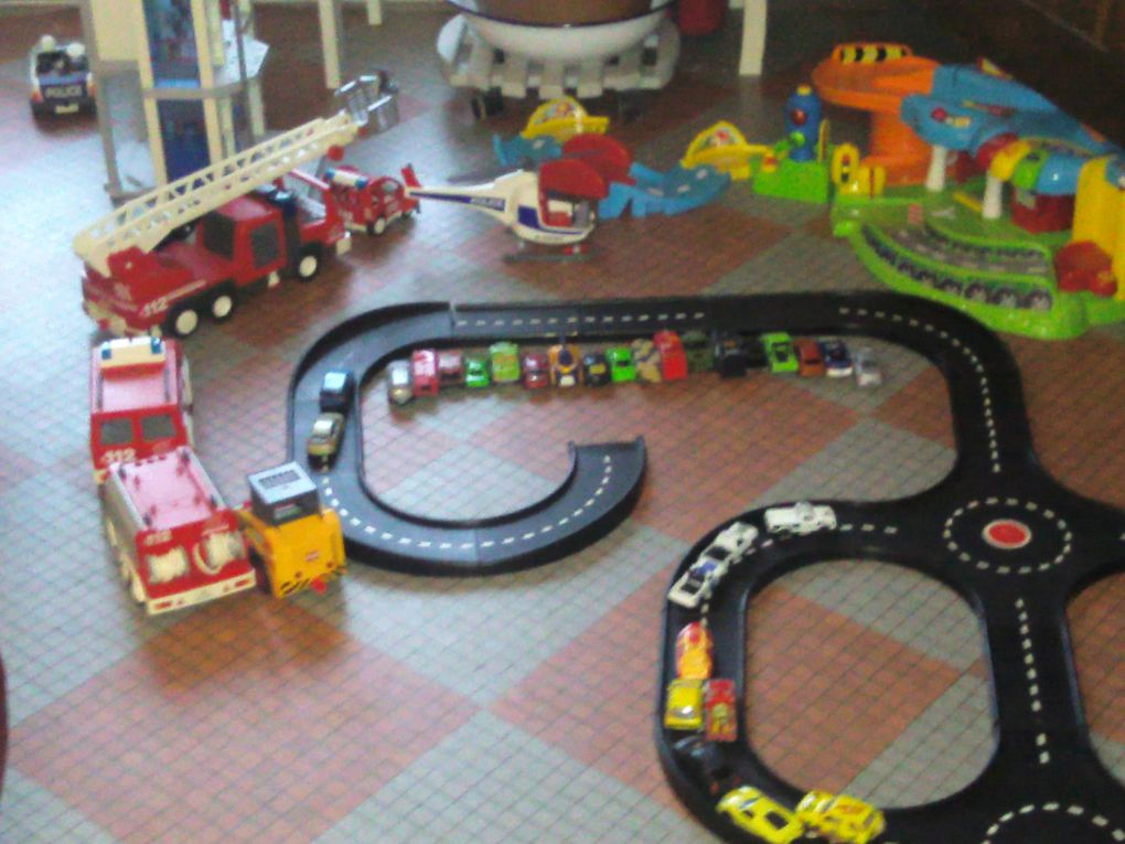 Installation de panneaux, de voitures, de trains, de chantiers, de pique-nique.