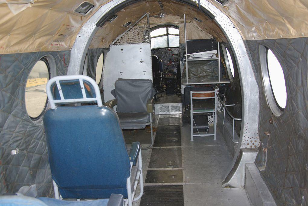 Le Dassault MD-312 Flamant N°294, avec une photo de l'intérieur.