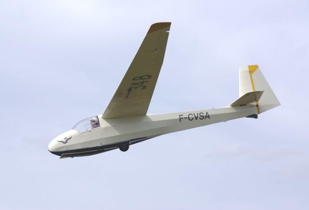 Un local, assez ancien, le Schleicher K-8B F-CVSA.