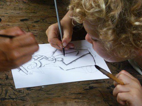 Les enfants se sont également essayés à l'exercice. Les peintres leurs avaient préparés des dessins aux crayons, ils devaient réaliser les ombres.