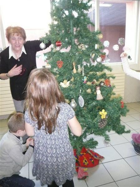 Thème du jour, les décorations de Noël. Les enfants on fait le sapin, affiché leurs boules et découpages avant la venue du père Noël qui a apporté à chacun un petit présent et un livret de chants de Noël. L'après-midi s'est terminée autour d'un bon gâteau et d'une sympathique démonstration de gonflage de ballons par la maman de Marjolaine.