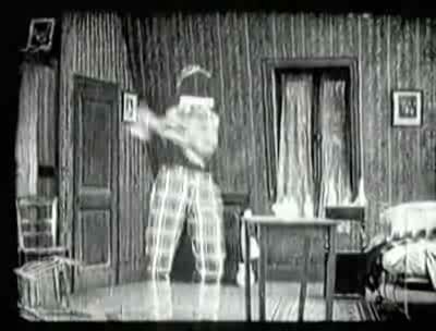 Le strip-tease de l'homme invisible, une des scènes les plus osées du cinéma muet. (Le Voleur invisible)