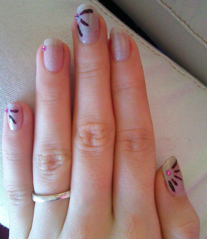 je suis désolée, sur certaines photos, j'avais pas nettoyé, sur d'autres j'avais le nail art depuis 1 semaine...