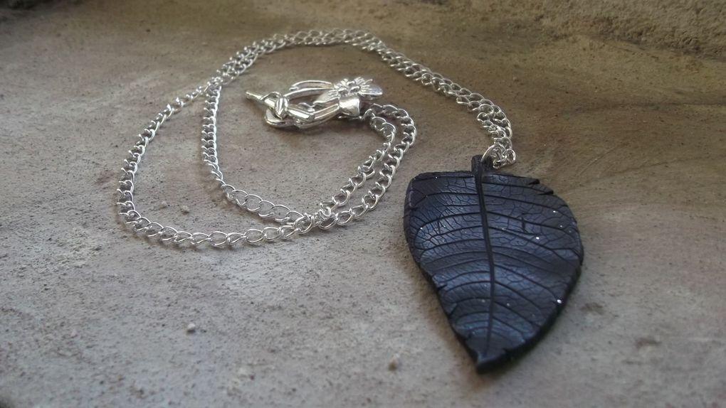 colliers en argile polymère de couleur anthracite pailleté et noire, légèrement cirés en noir pour un effet cuir