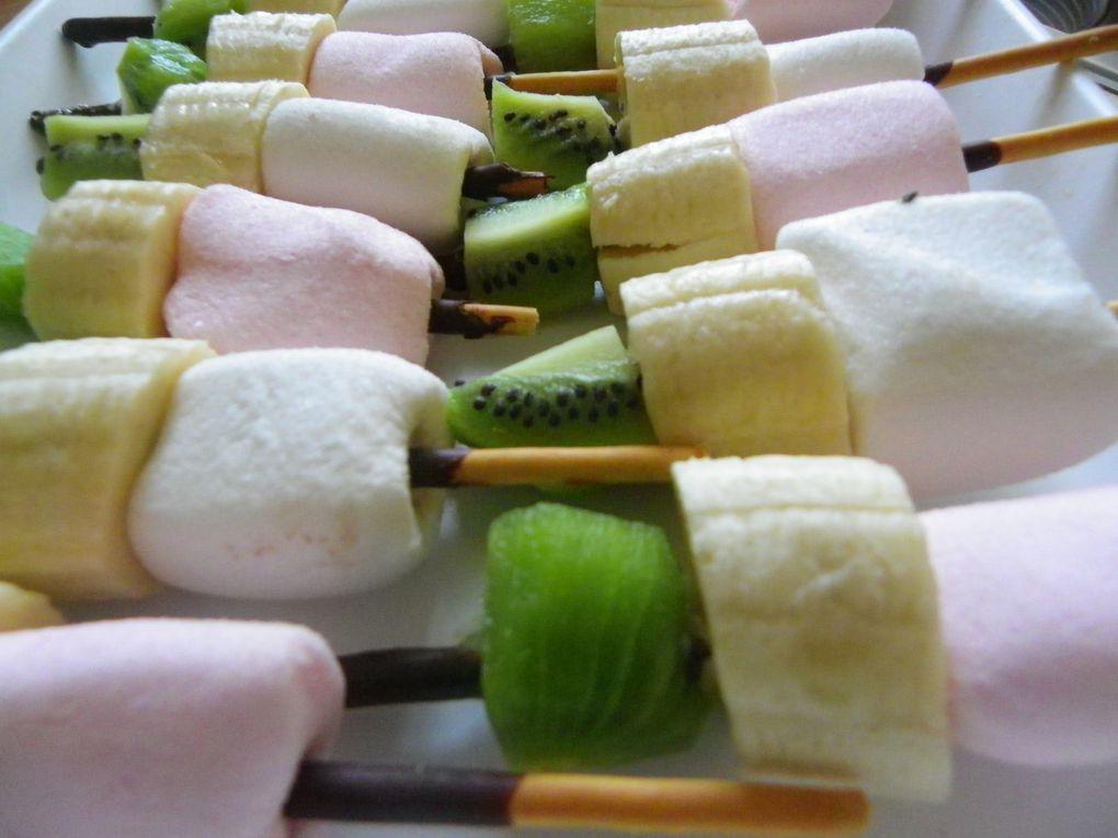 Mousse au chocolat &amp&#x3B; brochettes de fruits \ bonbons