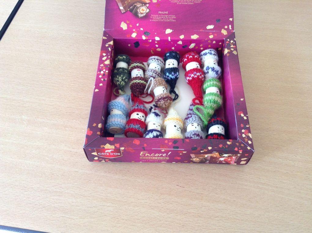 Décors pour sapin de Noël fabriqués avec des bouchons... Etuis tricotés pour téléphone mobile...
