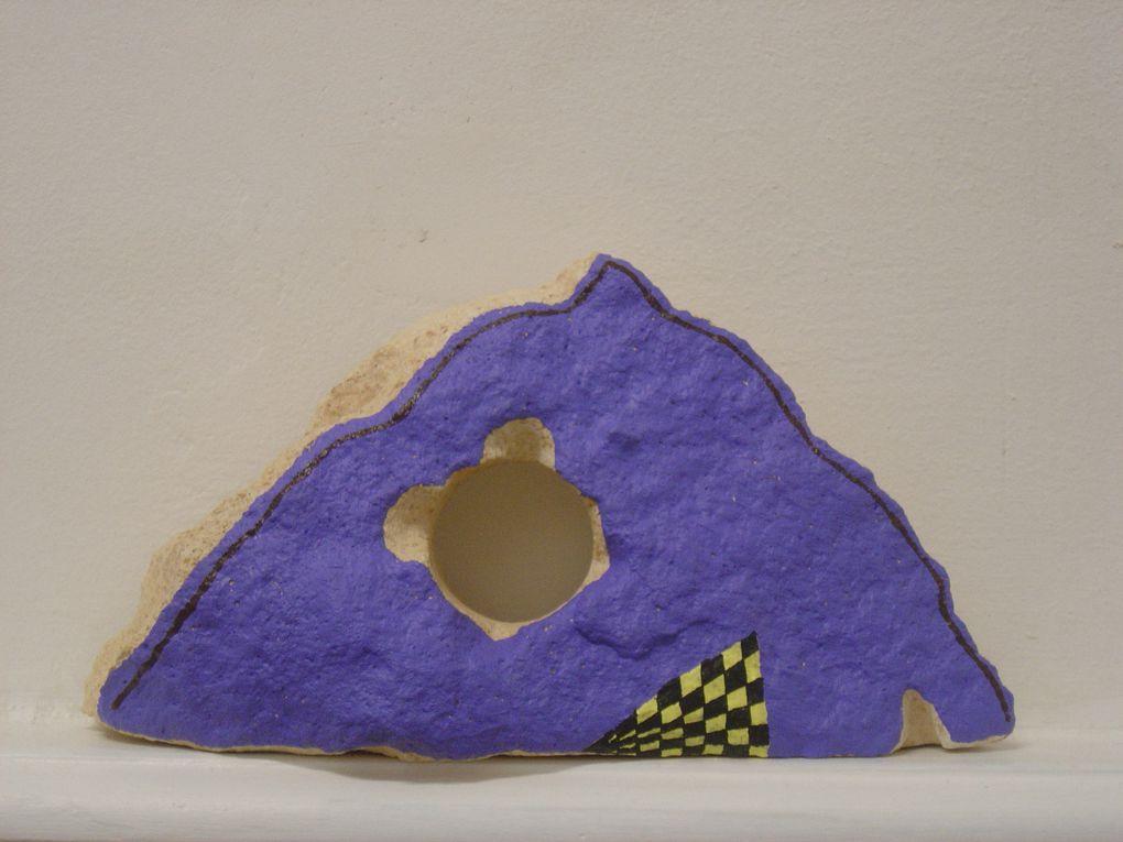"""""""Sleeping Bag"""", 2011, Acrylique sur pierre, 11,7 x 23,5 x 5,5 cm environ / PRIX:900 €—suggestion d'ensemble non contractuelle"""
