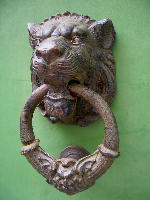 Le symbolisme des heurtoirs de porte