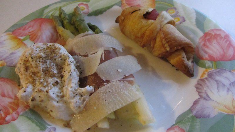 Asperges en fagot-oeuf poché et croissant au jambon-fromage
