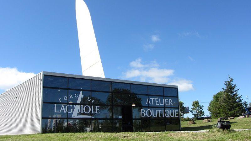 Où l'on prend la route de l'Aubrac, pour arriver à Laguiole, visiter ses ateliers de couteaux, et craquer forcément sur l'un d'eux...